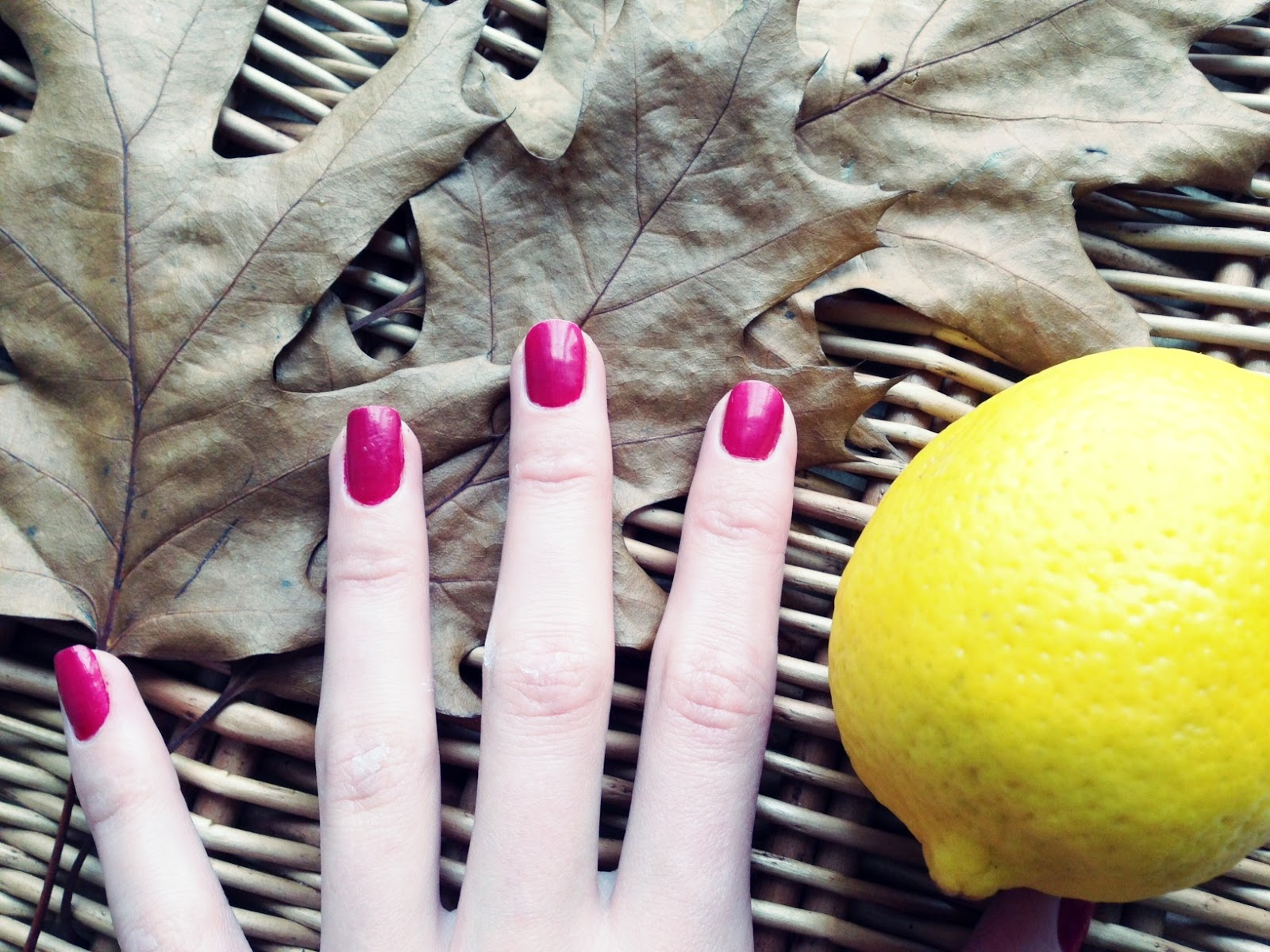 przebarwienia na paznokciach po lakierze