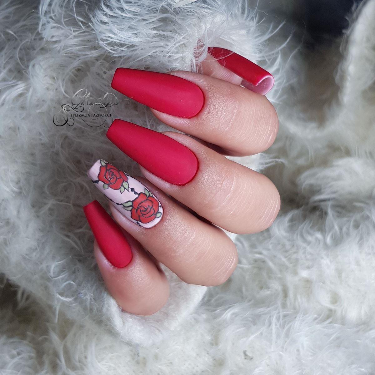 czerwone matowe paznokcie