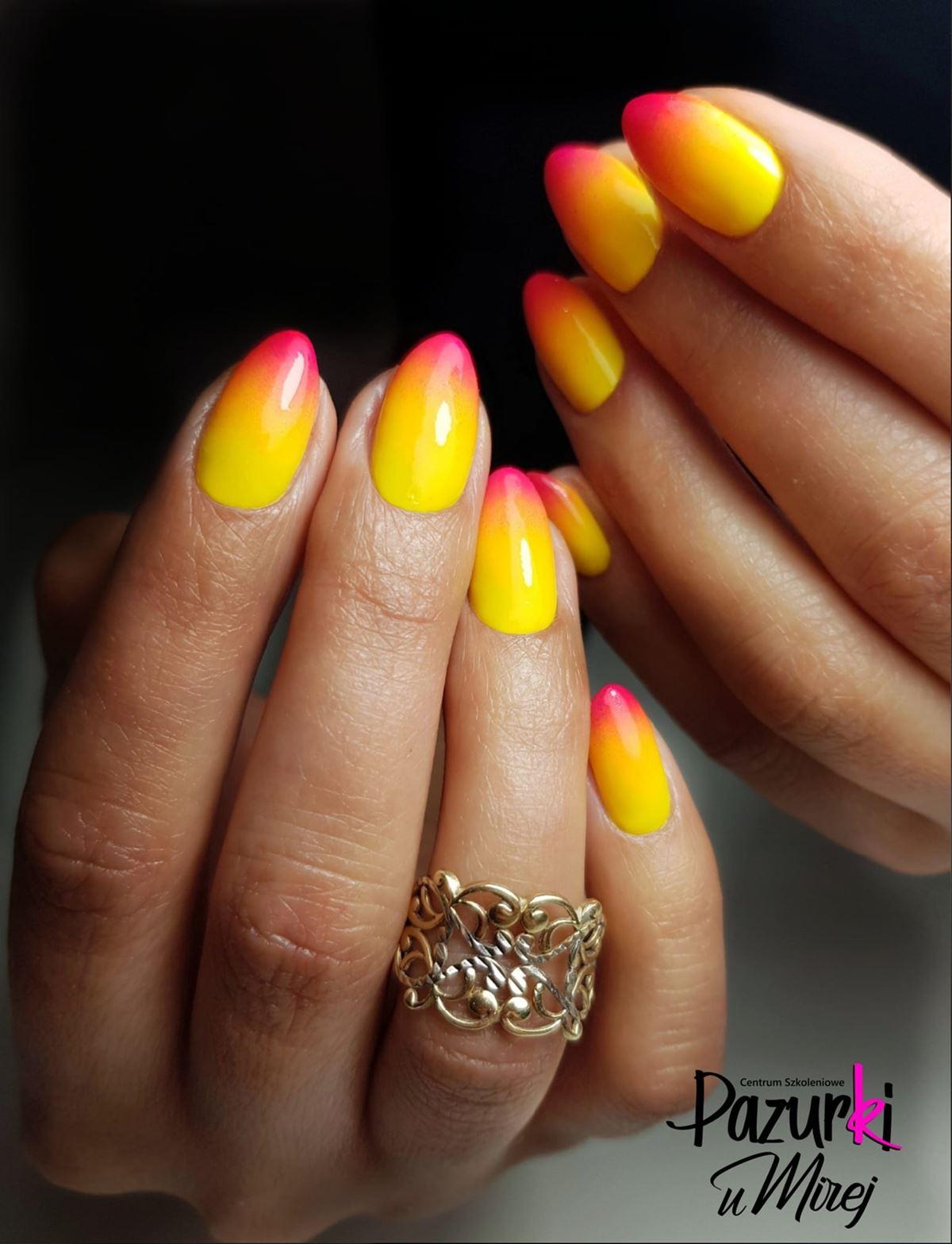 żółte ombre na paznokciach