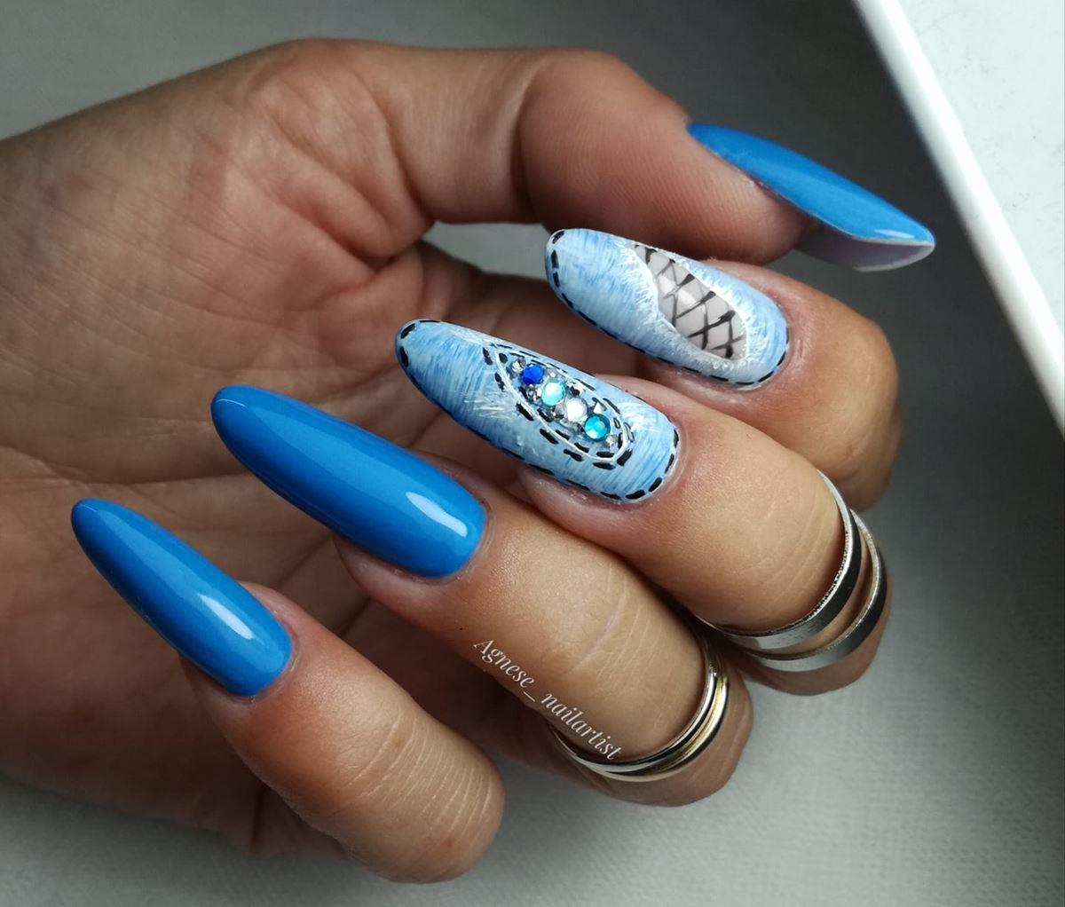 neonowe niebieskie paznokcie