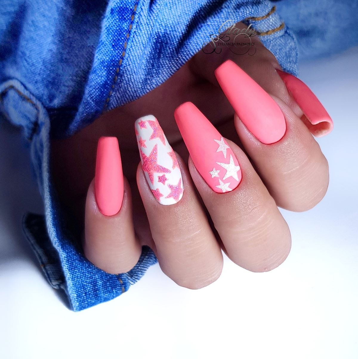 różowe neonowe paznokcie matowe