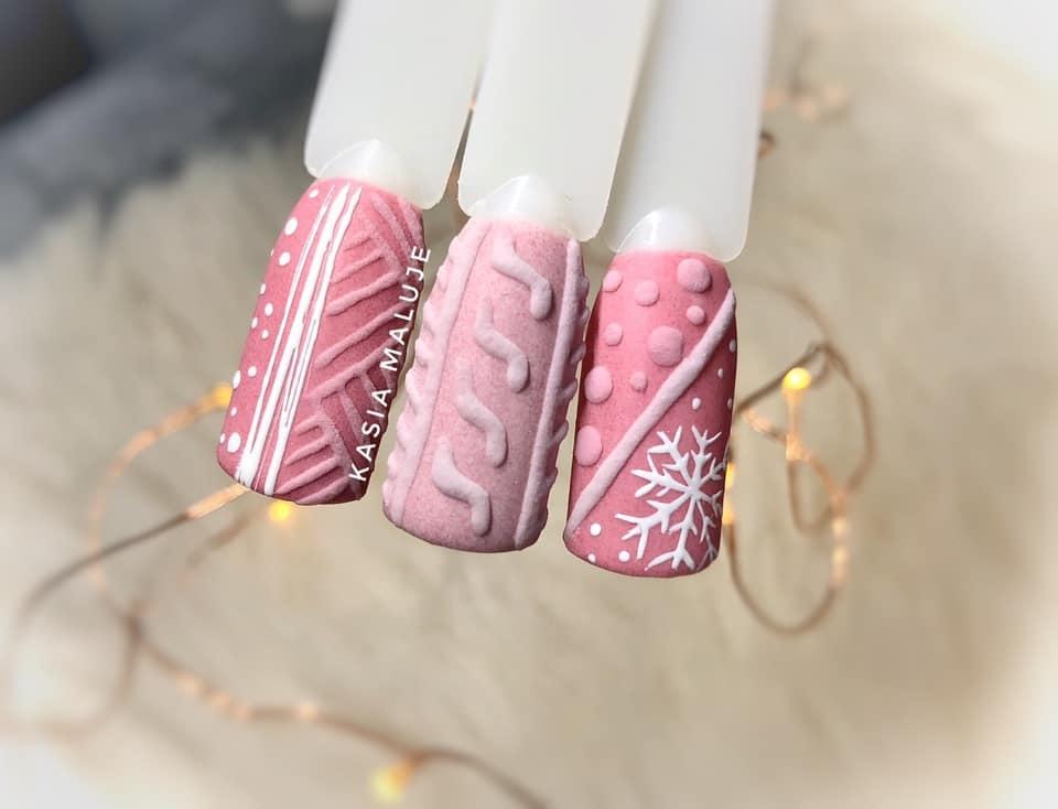 różowy sweterek na paznokciach