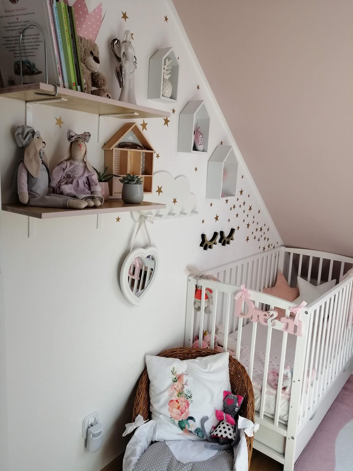 białe łóżeczko dla dziecka