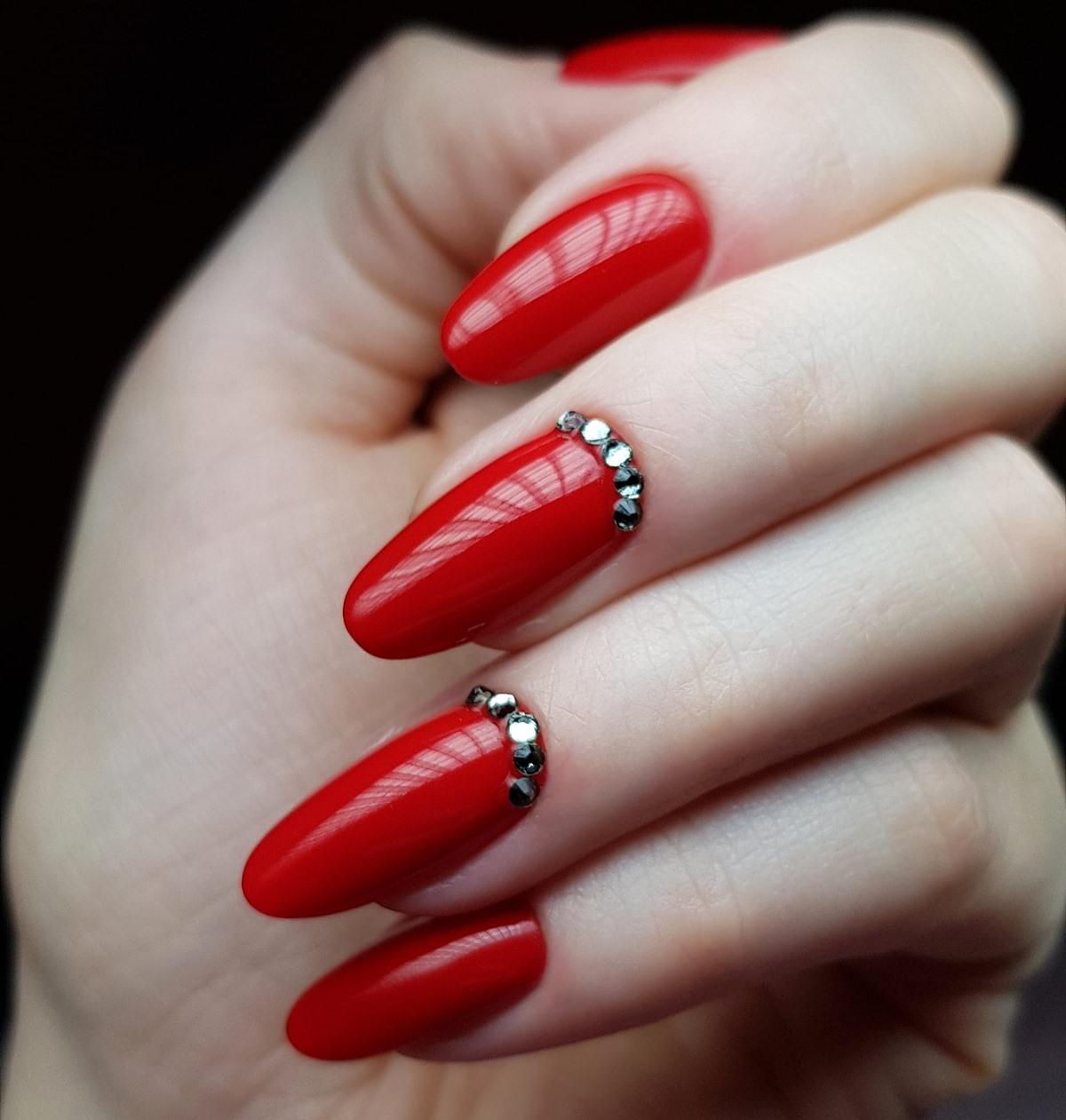 czerwone paznokcie z kamyczkami