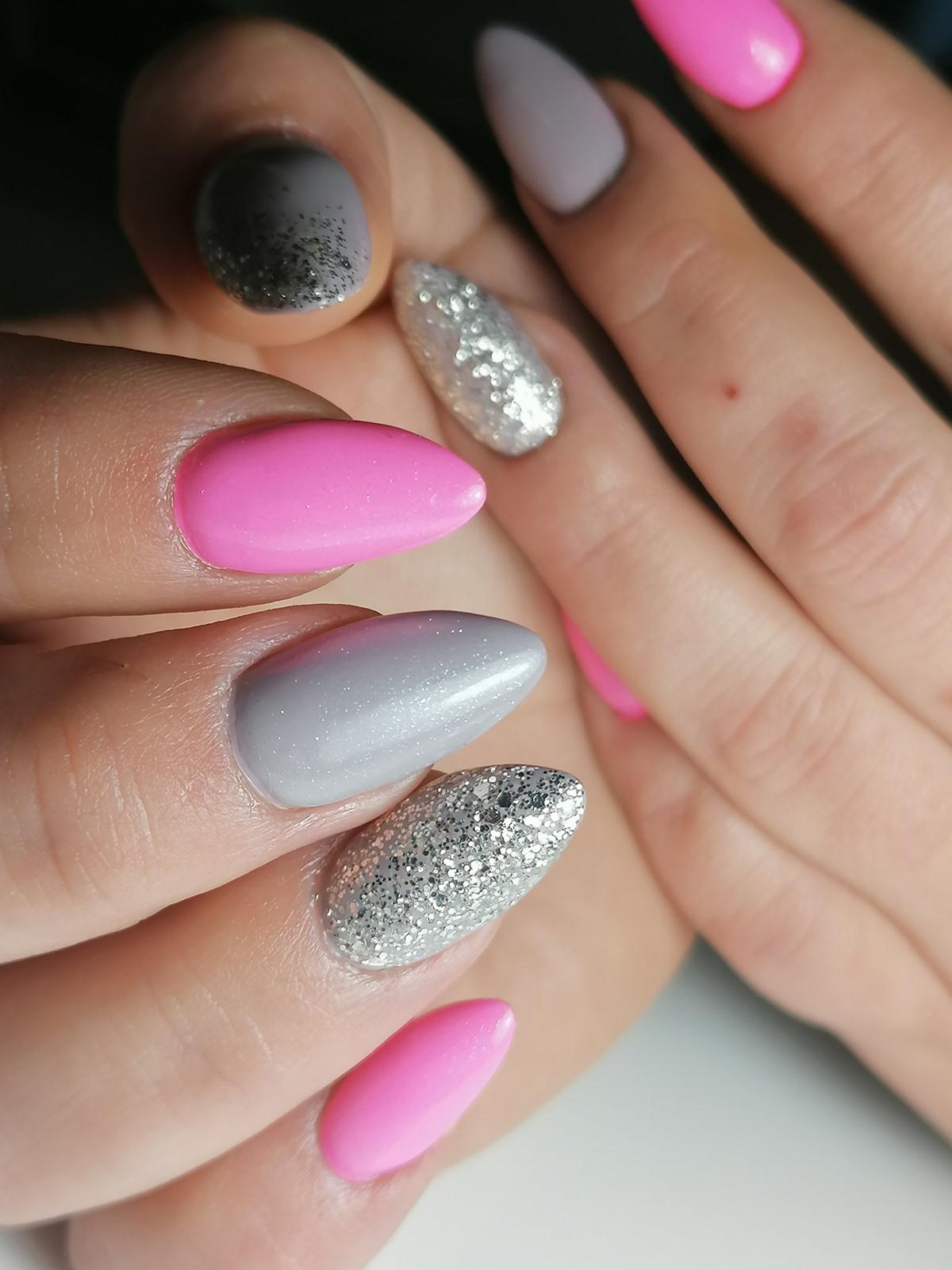 różowe srebrne paznokcie