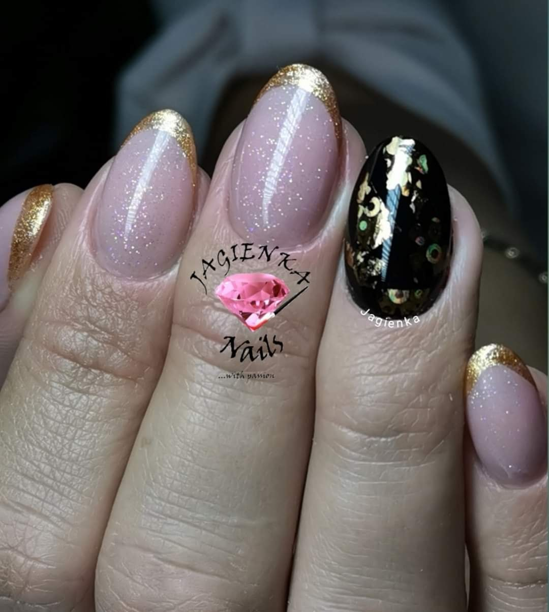 złoty french na paznokciach