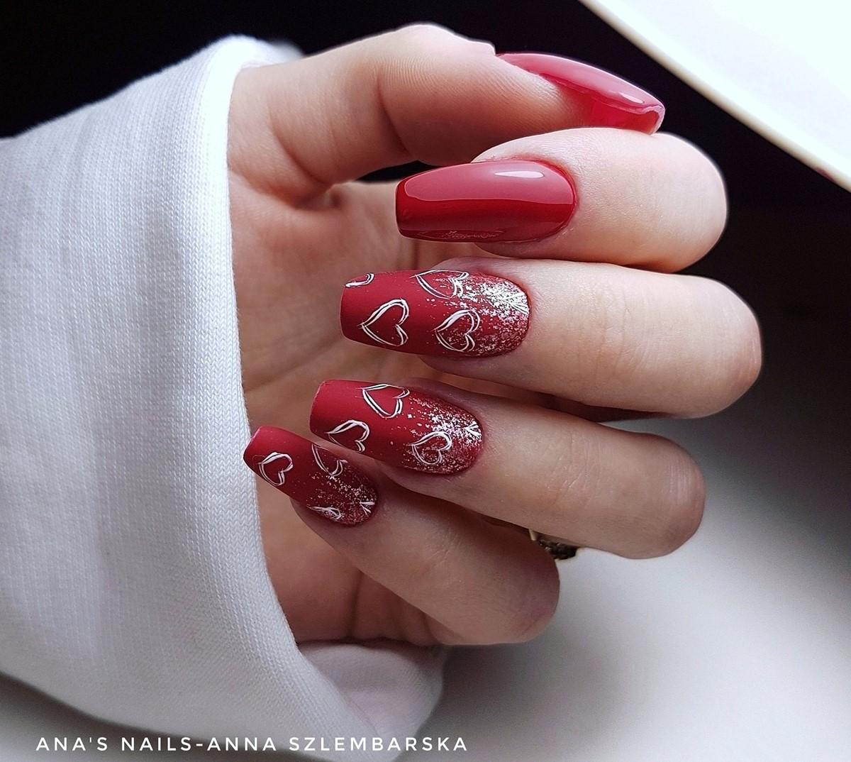czerwono złote paznokcie